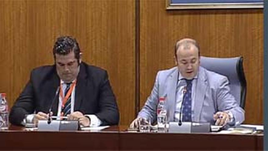 Carlos Cañavate, izquierda, junto a Julio Díaz, presidente de la comisión de investigación.