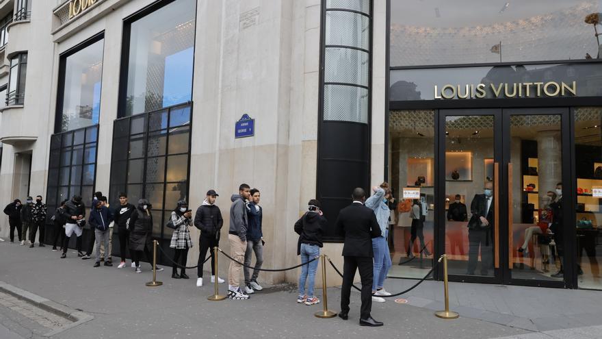 Colas este lunes frente a la tienda Louis Vuitton en los Campos Elíseos, París.