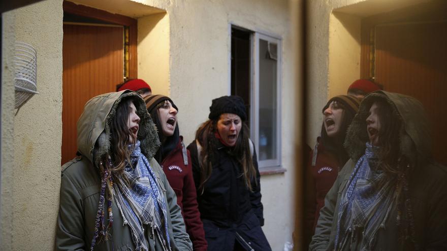 """Activistas contra los desahucios gritan """"vecina despierta, desahucian en tu puerta"""" para alertar a las personas que viven en el edificio del desahucio de Umberto."""