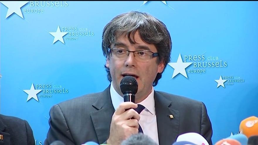 """Un centenar de personas despiden a Puigdemont en Bruselas al grito de """"Viva España y visca Cataluña"""""""