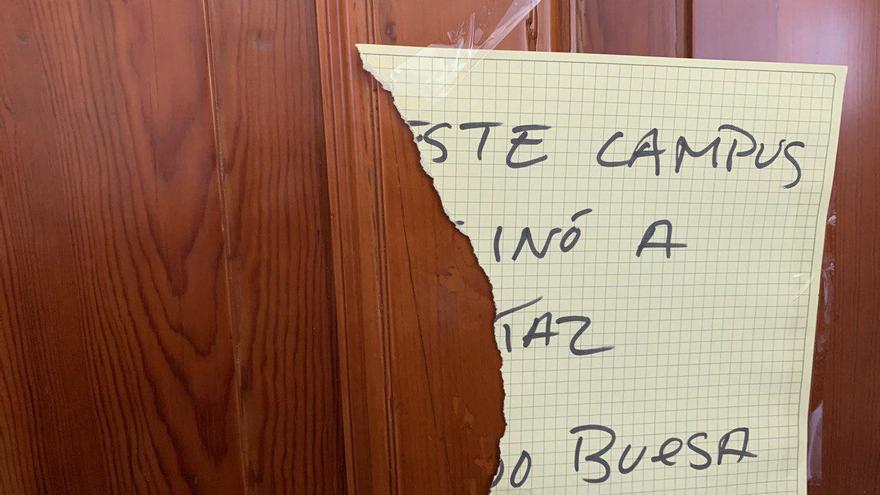 Cartel parcialmente arrancado en la entrada de la charla que recordaba el asesinato de Buesa
