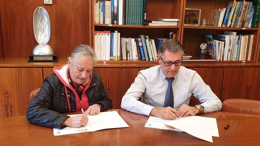 Mario Urrea (CHS) y la Presidenta Regional de Ecologistas en Acción, Ana García en la firma del protocolo por el río Chícamo