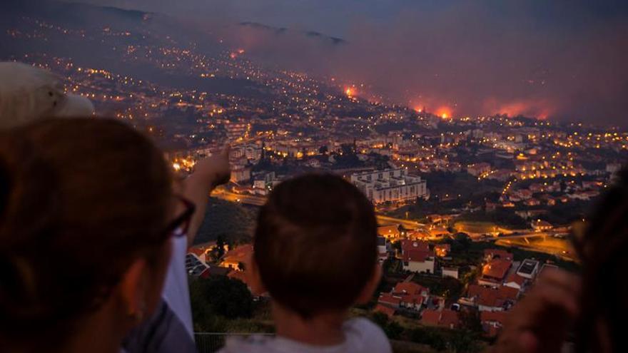 El grave incendio de Madeira avanza hacia el centro histórico de la capital