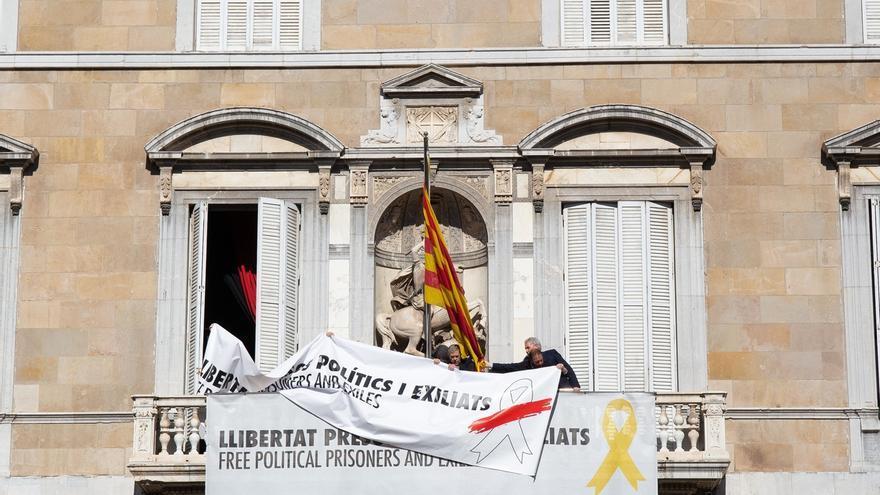 La Generalitat quita el lazo amarillo de su fachada pero mantiene una pancarta por los presos con lazo blanco