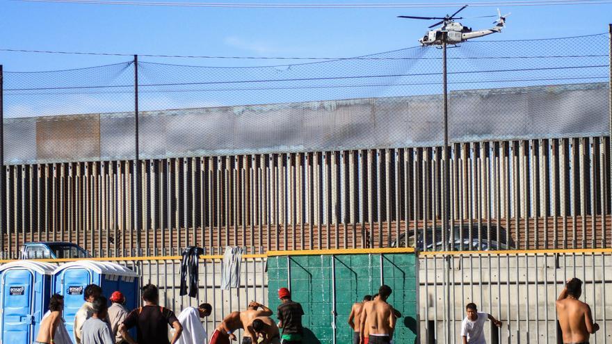 Miembros de la caravana migrante de centroamericanos permanecen en un albergue el sábado 17 de noviembre de 2018, en la ciudad de Tijuana en Baja California (México).