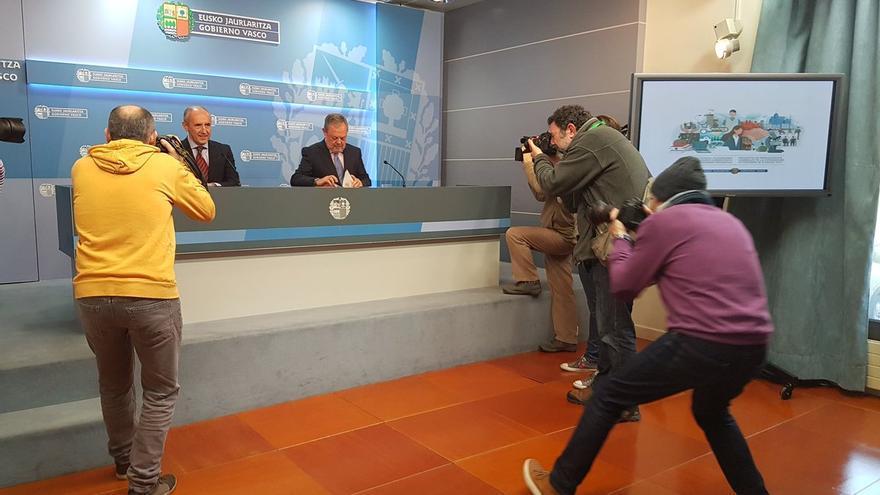 El consejero de Hacienda, Pedro Azpiazu, y el portavoz del Gobierno, Josu Erkoreka, en la presentación de los presupuestos de 2017