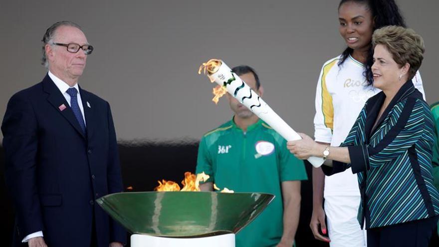 Rousseff recibe el fuego olímpico y su defensa quema los últimos cartuchos