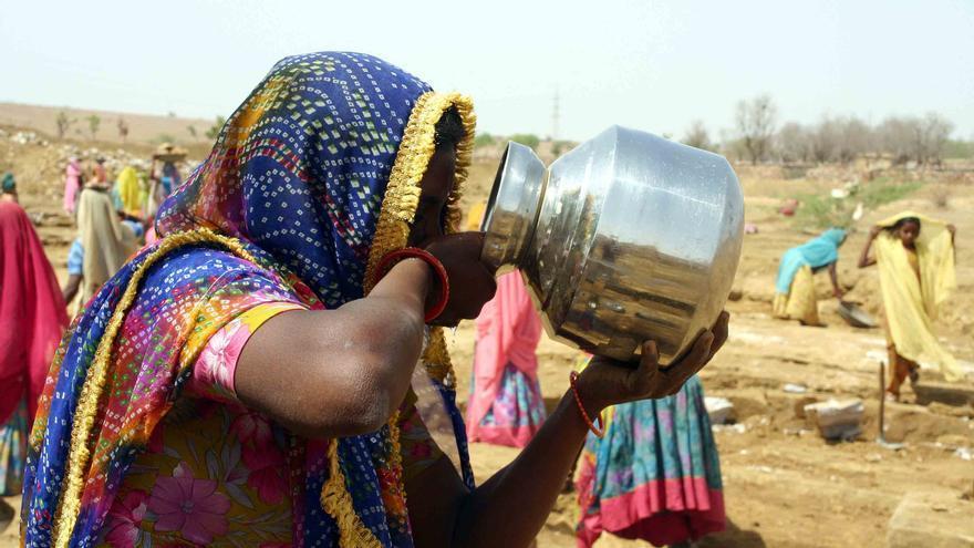 Una mujer bebe agua. India. | FOTO: Javier Fernández (Manos Unidas).