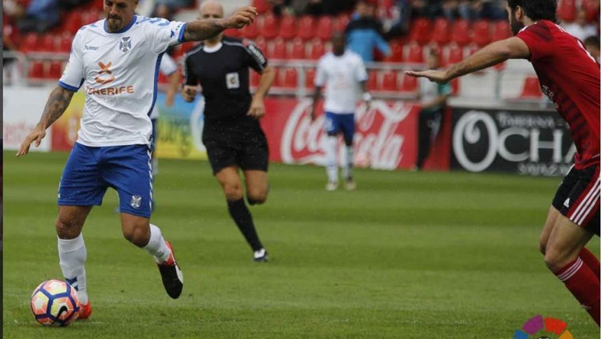 El jugador del CD Tenerife, Vitolo, a punto de disparar en el encuentro frente al Mirandés.