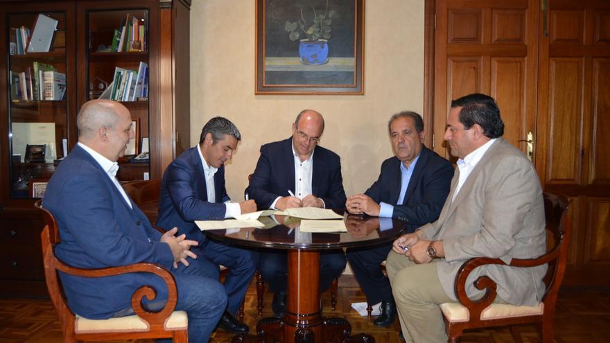 Un momento de la firma del convenio.
