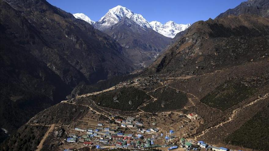El aeropuerto de Katmandú vuelve a abrir tras permanecer dos horas cerrado