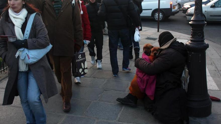 Una persona sin hogar pide limosna en la calle.