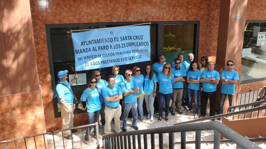 Protesta de los trabajadores que ahora el Ayuntamiento quiere readmitir siguiendo los criterios judiciales