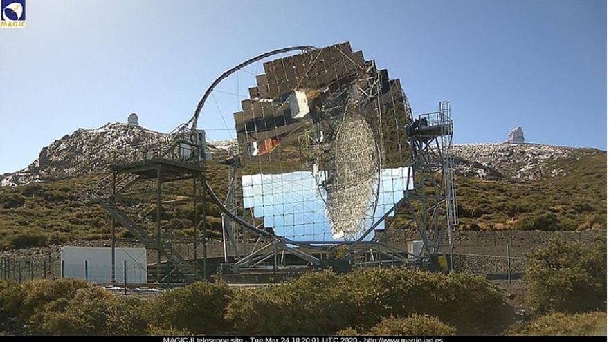 En la imagen,  las cumbres de Garafía, sin nubes, este martes, con los restos de la primera nevada; en primer término uno de los telescopios MAGIC del Observatorio del Roque de Los Muchachos.