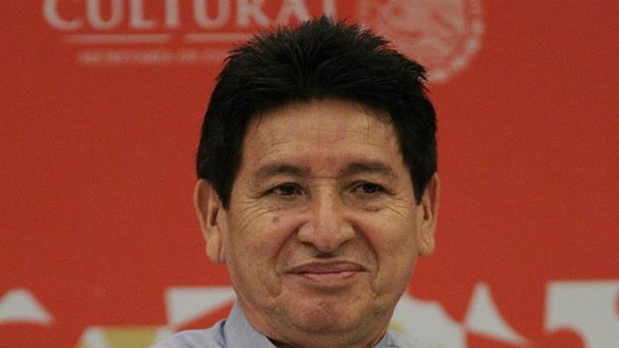 """Jorge Miguel Cocom llama a """"dignidad"""" al recoger Premio Literaturas Indígenas"""