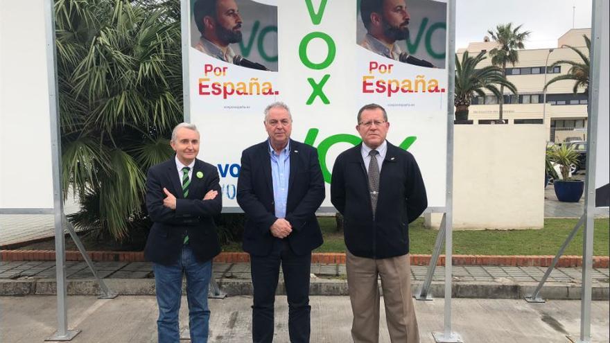 José Miguel Tasende Souto, candidato de Vox Melilla al Senado en las pasadas elecciones Generales, junto a Jesús Delgado Aboy, presidente de Vox Melilla y José antonio Herráiz, el que era candidato al Congreso.
