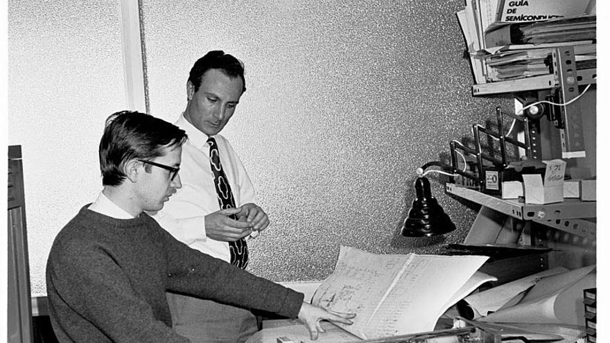 Jordi Vidal y Joan Majó diseñando el Factor-S, un ordenador muy avanzado para la época (1970)