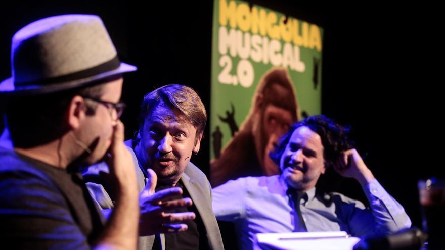 Xavier Domènech responde a Edu Galán observados por Pere Rusiñol.