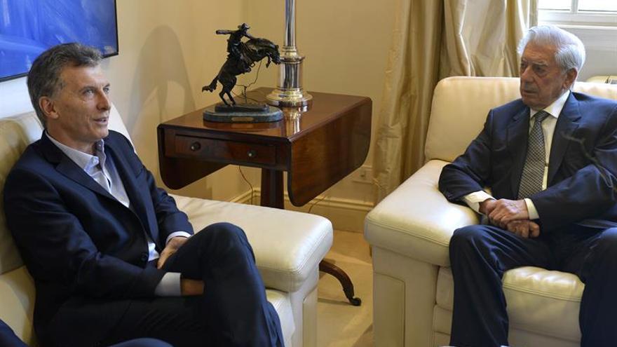 Macri mantiene un encuentro con Mario Vargas Llosa en Buenos Aires