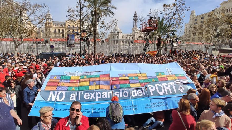 Vecinos y ecologistas protestan contra la ampliación del Puerto de València en la mascletà