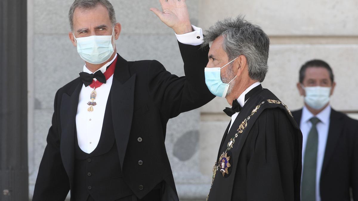 El Rey Felipe VI y el presidente del Tribunal Supremo y del Consejo General del Poder Judicial (CGPJ), Carlos Lesmes, a su llegada al Palacio de Justicia, en Madrid, para el acto de apertura del año judicial 2020/2021.