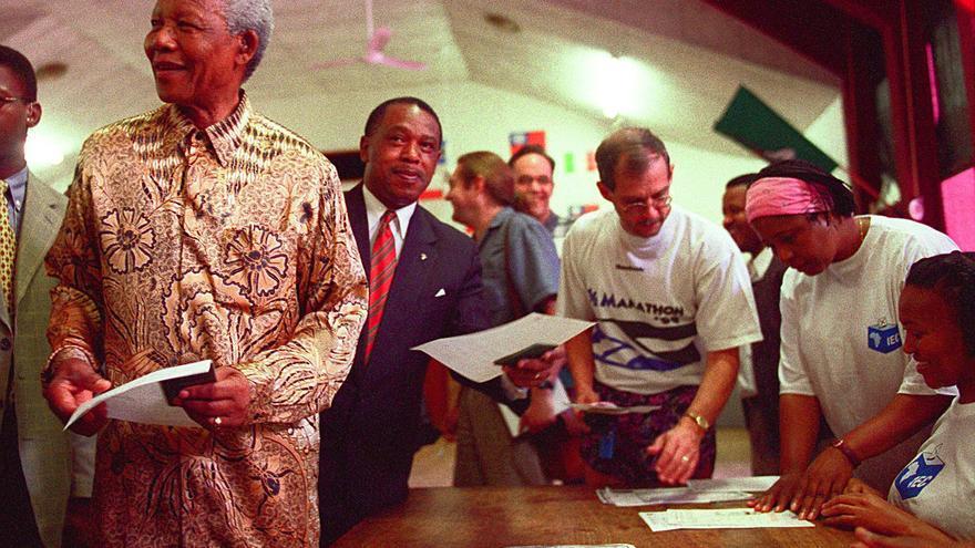 Mnadela se registra para votar en las elecciones generales el 27 de noviembre de 1998 / GTRES