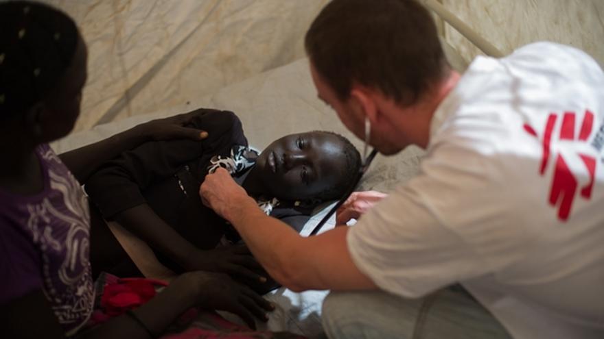Sólo en el último mes, los trabajadores sanitarios de MSF han pasado 42.000 consultas y han ingresado a más de 1600 pacientes en sus hospitales y centros de salud. Se han llevado a cabo una media de 10 intervenciones quirúrgicas por día, se han atendido 655 heridos de guerra y se han asistido 852 partos, lo cual se traduce en casi una treintena al día./ Phil Moore