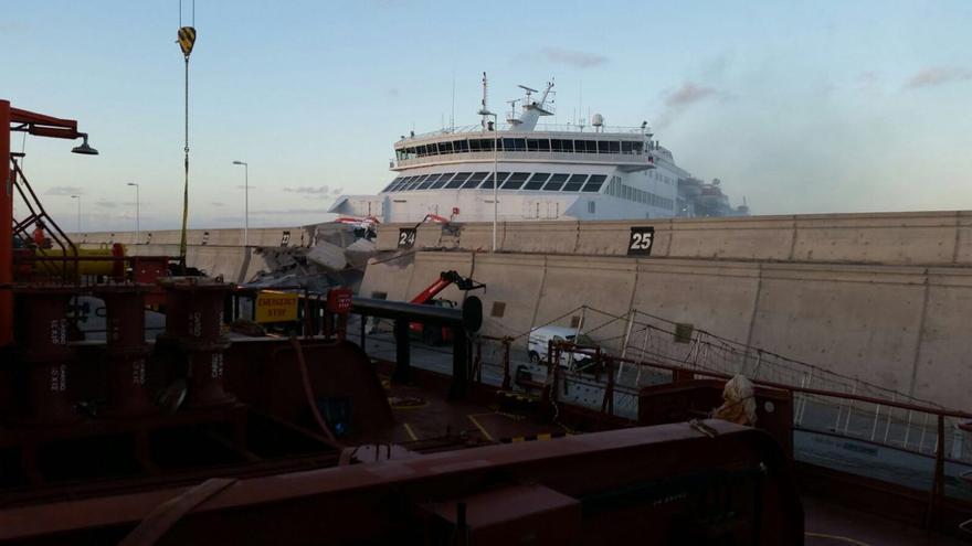 Un ferry de Naviera Armas choca contra un muro en el muelle de La Esfinge. (Cedida a Canarias Ahora).