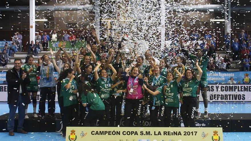 Las jugadoras del Rocasa Gran Canaria celebran su victoria por 27-26 frente al Super Amara Bera Bera. EFE/Salvador Sas