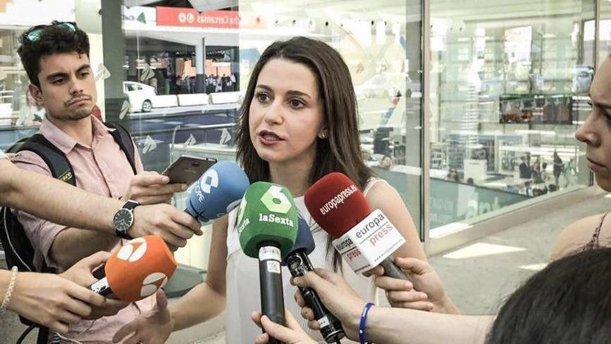 """Arrimadas pide a la antigua Convergència que deje de """"tapar la corrupción con la estelada"""""""