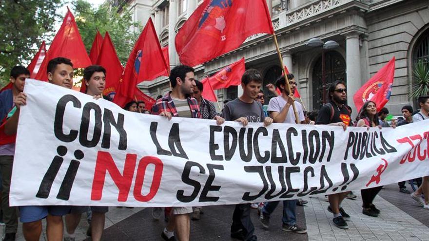 "Manifestaciones estudiantiles ""espontáneas"" causan colapso en capital chilena"