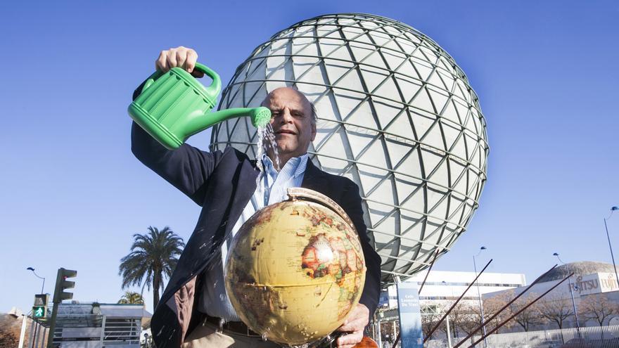 Servando Álvarez ante la Esfera de la Expo 92