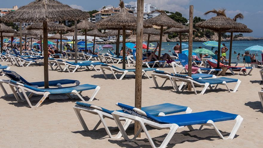 Magaluf, una de las zonas más turísticas de Mallorca, sin turistas y llenas de familias locales.