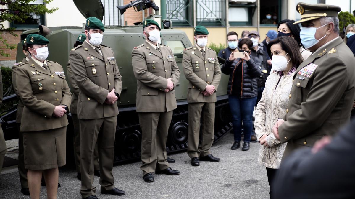 La ministra de Defensa, Margarita Robles, visita en el acuartelamiento de Aizoáin (Navarra) a los compañeros del cabo fallecido.