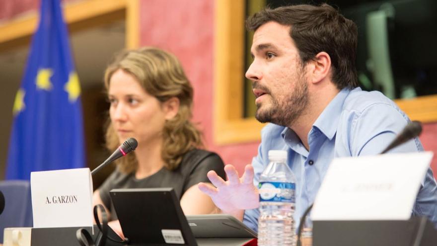 El portavoz parlamentario de IU, Alberto Garzón, con la portavoz en el Parlamento Europeo, Marina Albiol, en Estrasburgo.