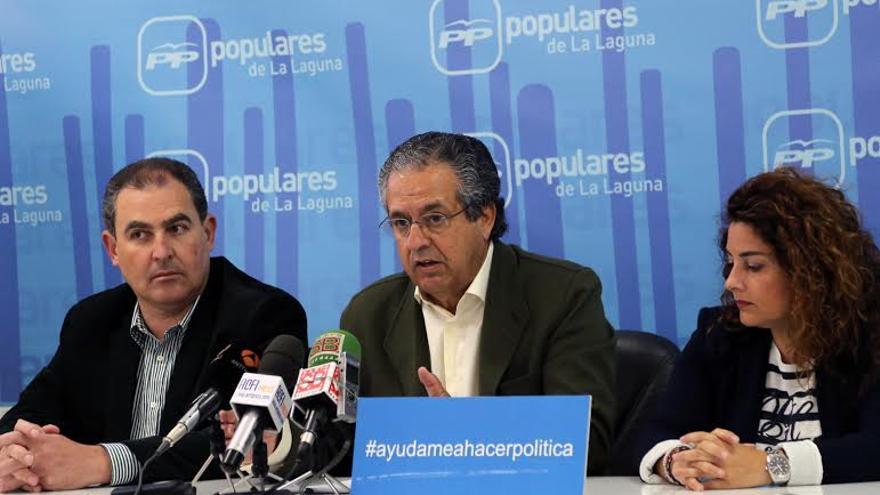 Antonio Alarcó flanqueado por Susana Fernández e Iván González.
