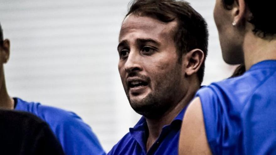 El entrenador del CV Haris. (twitter oficial CV Haris).