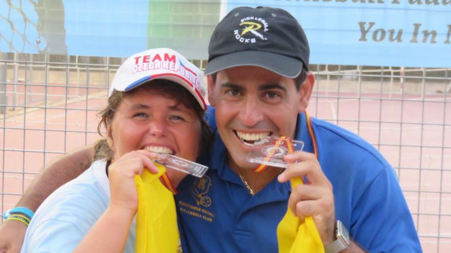 Lenka y Leo muestran las medallas de oro logradas en el torneo.