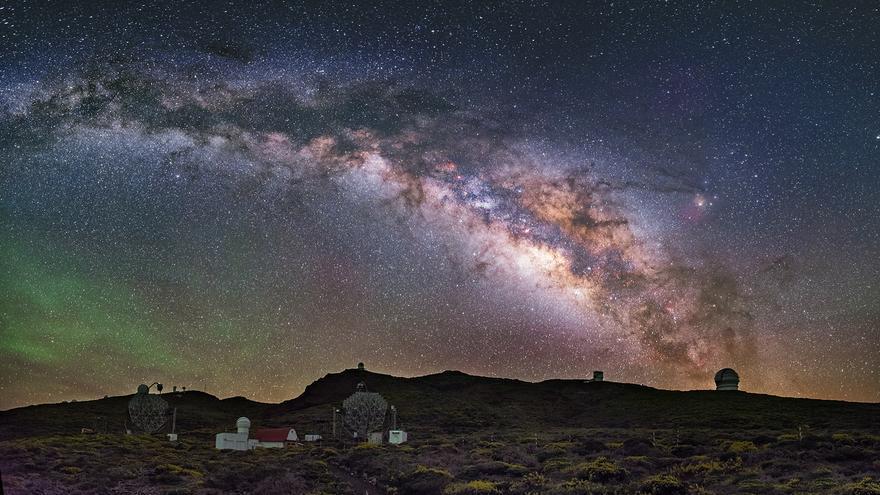 Panorámica nocturna del Observatorio del Roque de los Muchachos (Garafía, La Palma). Crédito: Daniel López/IAC.