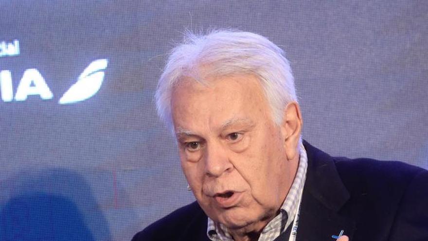 Felipe González apela a rebajar la crispación entre los líderes políticos