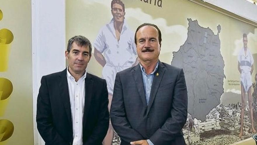 El presidente del Gobierno de Canarias, Fernando Clavijo, y el alcalde de Firgas, Manuel Báez