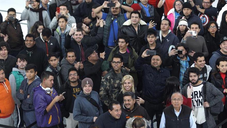Emoción y ojeras entre los primeros compradores del iPhone X en México