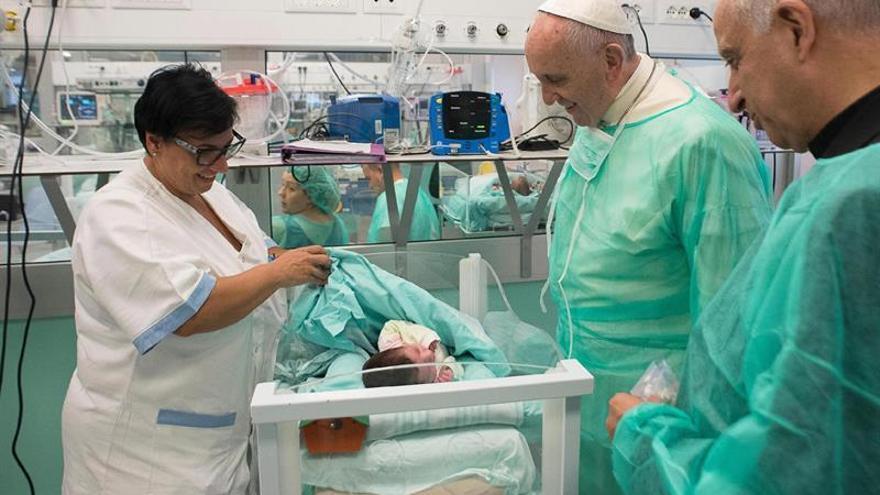 El papa visita a los recién nacidos enfermos y a los pacientes en fase terminal en Roma