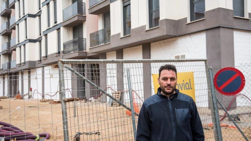 Andrés Díez sigue a la espera de entrar en su piso tras el terremoto de 2011 de Lorca (Murcia) / CARLOS TRENOR