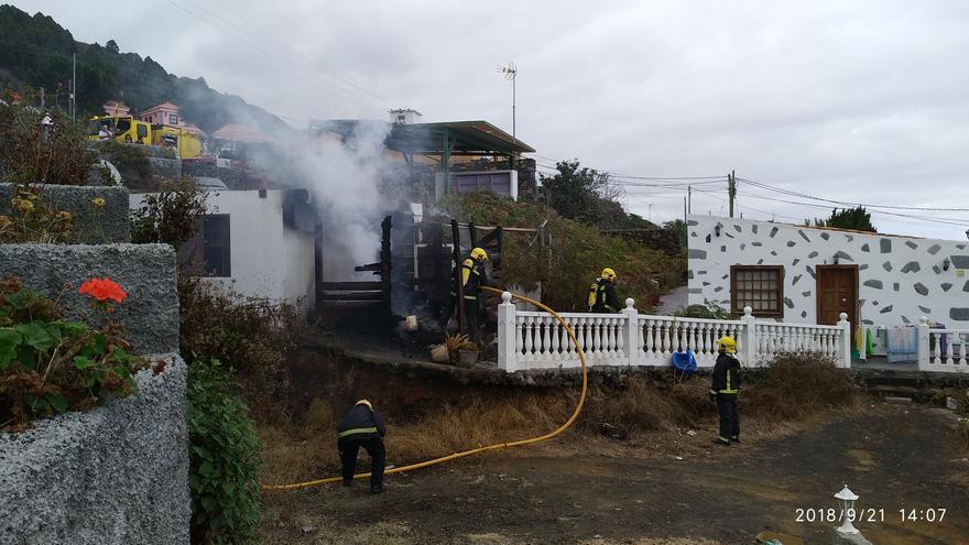 Bomberos del parque de La Grama sofocaron el incendio.