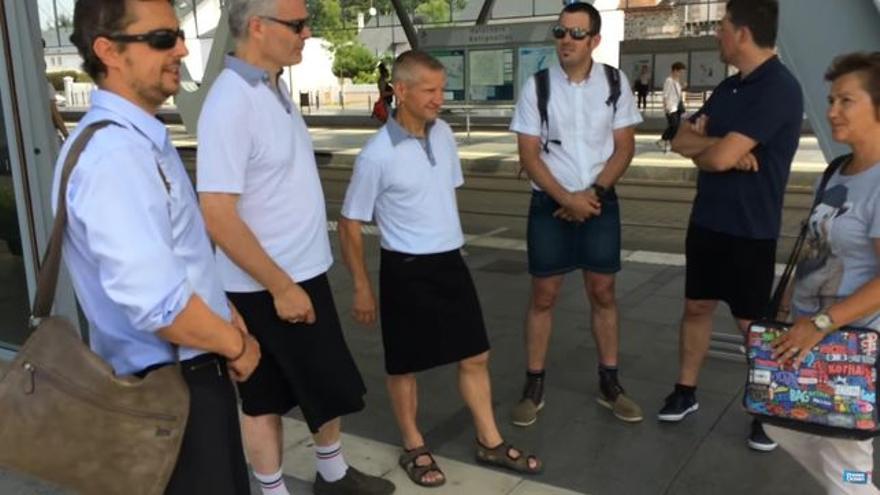 Los conductores de una empresa de transportes en Nantes usan una falda como forma de protesta
