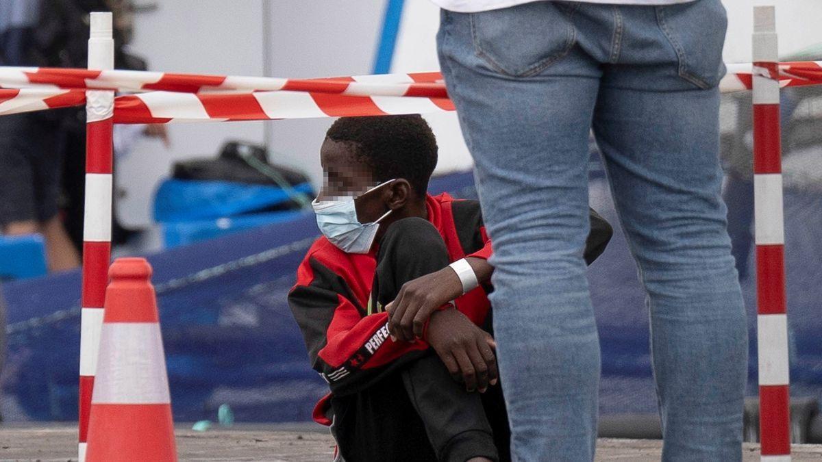 Un menor migrante llegado a Tenerife en patera el pasado mayo