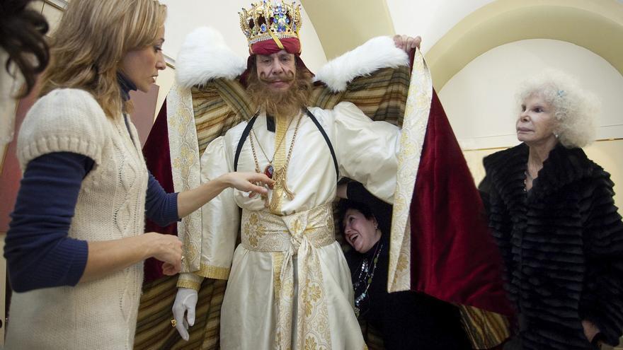 05/01/ 2011 Últimos retoques al vestuario del rey Gaspar, bajo la atenta mirada de la duquesa de Alba. /Foto: Luis Serrano