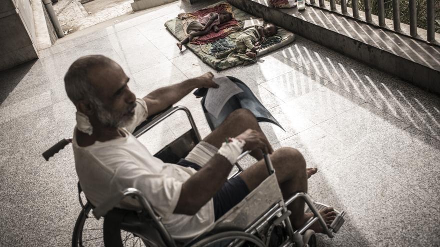 Un hombre espera para recibir atención médica en el Hospital Quirúrgico de MSF en Adén. El sistema sanitario local ya padecía graves problemas en el país más pobre de la región, pero la violencia y el bloqueo lo han deteriorado aún más. Fotografía: Guillaume Binet/MYOP