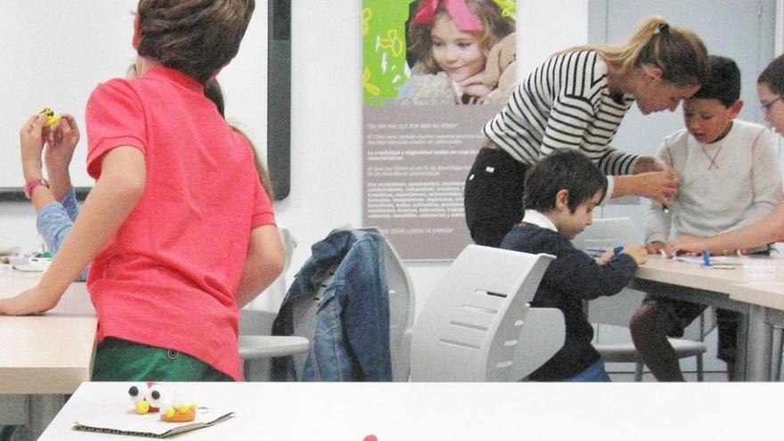 Sara Ortega Tapia trabajando con niños. | Fundación CADAH
